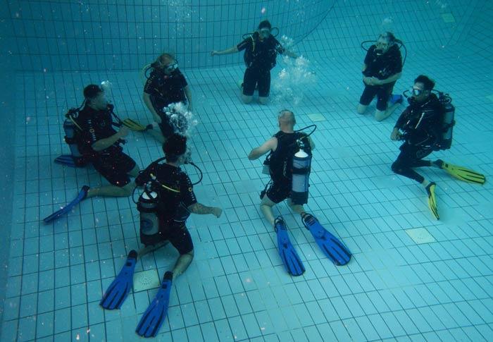 buzos en piscina de prácticas