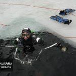 gerente de Buceo Navarra con la cámara de fotos en la placa de hielo