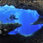 buceadora en un gruta